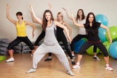 Agrupe o treinamento em um fitness center Fotografia de Stock Royalty Free