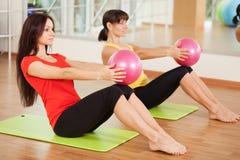 Agrupe o treinamento em um fitness center Fotos de Stock Royalty Free