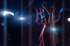 Agrupe os amigos novos asiáticos que dançam junto o partido com ligh do disco Imagem de Stock Royalty Free