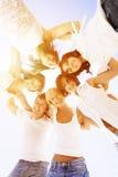 Agrupe os amigos novos que apreciam um partido da praia em férias Povos h Imagens de Stock