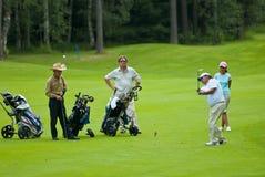 Agrupe os jogadores de golfe, balanço do jogador de golfe no feeld do golfe Fotografia de Stock Royalty Free
