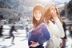Agrupe a patinagem no gelo bonita das meninas do adolescente exterior na pista de gelo Fotografia de Stock