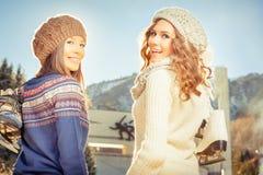 Agrupe a patinagem no gelo bonita das meninas do adolescente exterior na pista de gelo Fotos de Stock Royalty Free