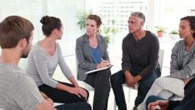 Agrupe a terapia na sessão que senta-se em um círculo filme