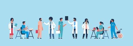 Agrupe uma comunicação do hospital dos doutores que faz a experiências científicas trabalhadores médicos diversos fundo azul band ilustração stock