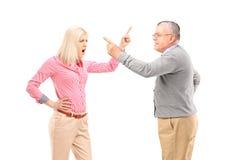 Agry kobieta i dorośleć mężczyzna argumentowanie Obrazy Stock
