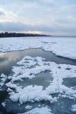 Agua abierta en un lago congelado fotografía de archivo