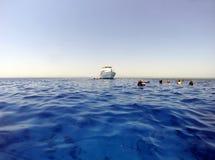 Agua abierta y buceadores con el barco Fotografía de archivo libre de regalías