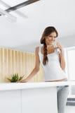 Agua Agua potable de la mujer feliz bebidas Forma de vida sana Sea fotografía de archivo libre de regalías