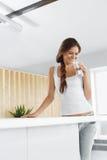 Agua Agua potable de la mujer feliz bebidas Forma de vida sana Sea imagen de archivo