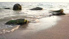 Agua, arena y piedras almacen de video