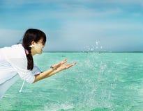 Agua asiática del juego de la muchacha de la manera hermosa en verano Imagenes de archivo