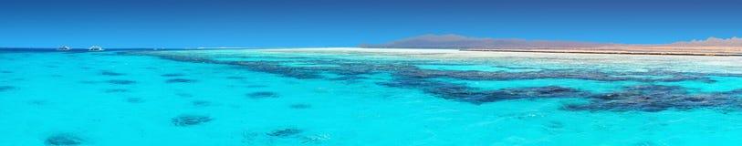 Agua azul clara de un Mar Rojo Fotos de archivo