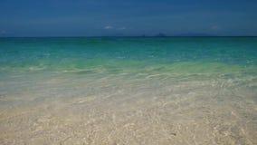 Agua azul clara en la playa con las ondas almacen de metraje de vídeo