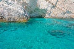 Agua azul clara en Zakynthos, Grecia Foto de archivo libre de regalías