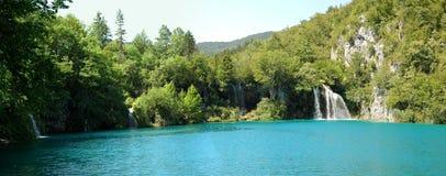 Agua azul clara y parque nacional del bosque de los lagos verdes Plitvice Fotos de archivo libres de regalías