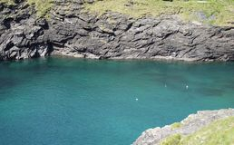 Agua azul de la laguna en Cornualles, Reino Unido Fotografía de archivo libre de regalías