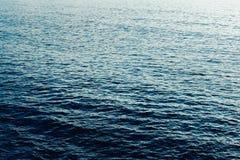 Agua azul de la onda del mar Imagenes de archivo