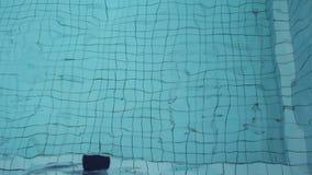 Agua azul de la onda en la piscina almacen de metraje de vídeo