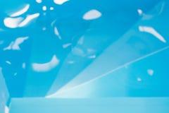 Agua azul de la piscina con reflexiones del sol Modelo borroso extracto Imagenes de archivo