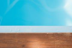 Agua azul de la piscina y frontera de madera Copie el espacio Verano Modelo borroso extracto imagen de archivo libre de regalías