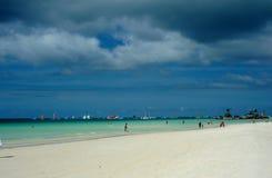 Agua azul de la playa blanca hermosa de la isla Imágenes de archivo libres de regalías