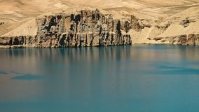 Agua azul de la turquesa con las dunas de arena y los acantilados del travertino en lavabo del lago Bancos del lago en cantos metrajes