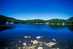 Agua azul del lago Foto de archivo
