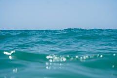 Agua azul del océano del claro de Marin con las ondas y cielo con las nubes tirado del agua Imagen de archivo