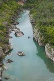 Agua azul en el río de la montaña Imagen de archivo
