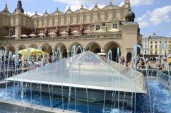 Agua azul en fuente Fotos de archivo libres de regalías