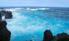 Agua azul en la capa hawaiana imagenes de archivo