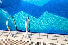 Agua azul en una piscina Imagen de archivo