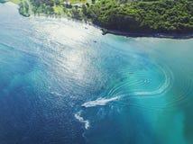 Agua azul hermosa de la zona costera con el barco que pasa rápidamente Imagen de archivo libre de regalías