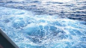 Agua azul hermosa del mar del yate existencias Visión desde la cubierta del yate en la agua de mar azul metrajes