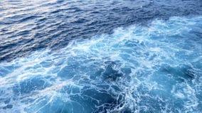 Agua azul hermosa del mar del yate existencias Visión desde la cubierta del yate en la agua de mar azul almacen de video