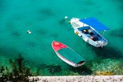 Agua azul hermosa, playa en Croacia Imagen de archivo libre de regalías