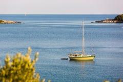 Agua azul hermosa, playa en Croacia Foto de archivo