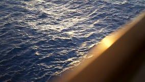 Agua azul marino hermosa del mar y el borde borroso del yate existencias Ondulación en el mar con el resplandor del sol encendido metrajes