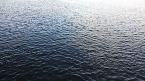 Agua azul marino que se sacude en la charca metrajes