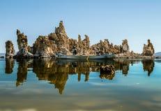 Agua azul que sorprende del mono lago, California foto de archivo