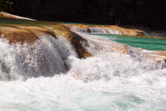 Agua azul spada kaskadą VI Fotografia Royalty Free