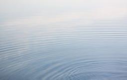Agua azul tranquila Imagen de archivo