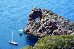 Agua azul y barco Fotos de archivo libres de regalías