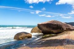 Agua azul y cielo hermosos en topo del Praia Fotos de archivo