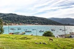 Agua azul y cielo hermosos en topo del Praia Imágenes de archivo libres de regalías