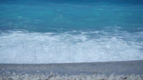 Agua azul y ondas con la espuma blanca en el mar Mediterráneo almacen de video