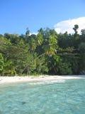 Agua azul y playa tropical Fotografía de archivo libre de regalías
