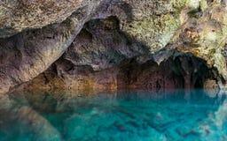 Agua azul y roca Imagen de archivo