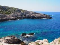 Agua azul y rocas en el verano mediterráneo imágenes de archivo libres de regalías